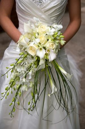 mariée tient un bouquet de fleurs le jour de son mariage Banque d'images - 13443446