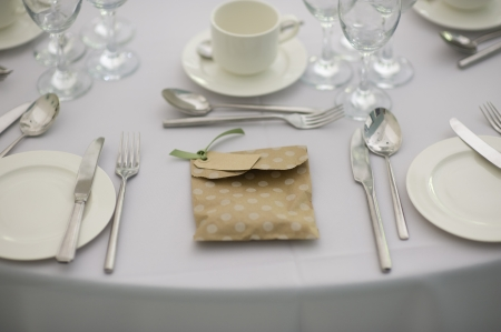 favour: place setting at a wedding with a favor or favour Stock Photo