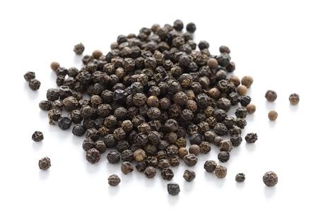 pepe nero: mucchio di pepe nero in grani isolati su uno sfondo bianco