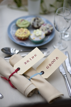 Tischdekorationen für die Braut und Bräutigam bei einer Mahlzeit weddng