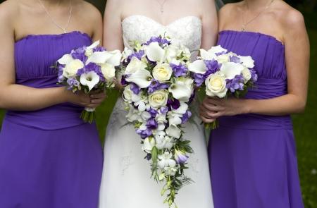 보라색 웨딩 부케와 신부와 신부 들러리