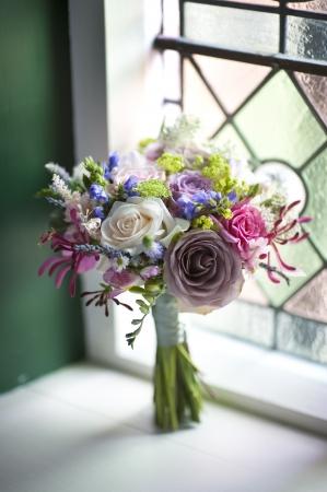 창 근처 꽃의 결혼식 꽃다발 스톡 콘텐츠