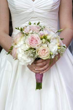신부는 분홍색과 흰색 웨딩 꽃 장미 꽃다발을 들고 스톡 콘텐츠