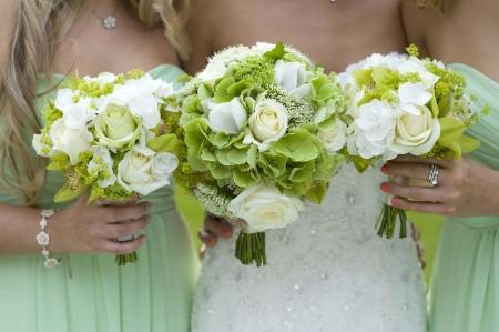 녹색 결혼식 부케를 들고 신부 들러리 스톡 콘텐츠