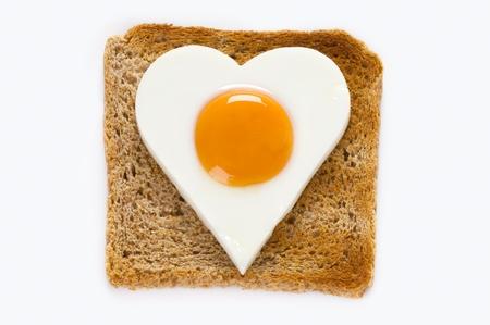huevos fritos: coraz�n en forma de huevo cocido sobre una rebanada de pan tostado