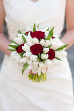 신부 들고 빨간색 흰색 튤립 웨딩 부케에게 장미