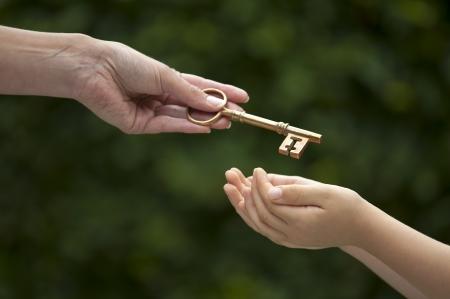 moeder overhandigen sleutel tot dochter Stockfoto