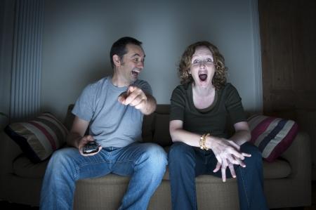 pareja viendo tv: pareja disfrutando de ver la televisi�n juntos