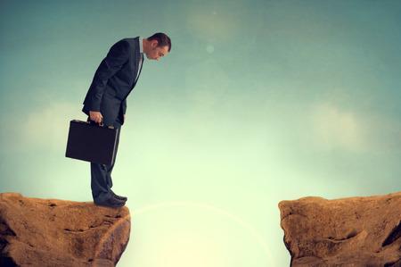 Geschäftsmann nervös vor einem Hindernis Herausforderung