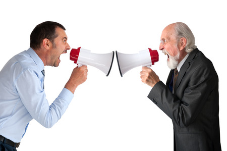 argumento: empresario y gerente senior masculino con megáfonos en blanco