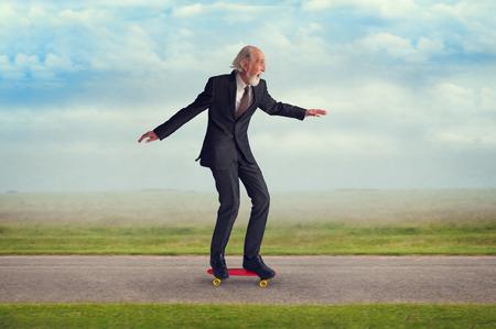 energieke senior man genieten van rijden op een skateboard