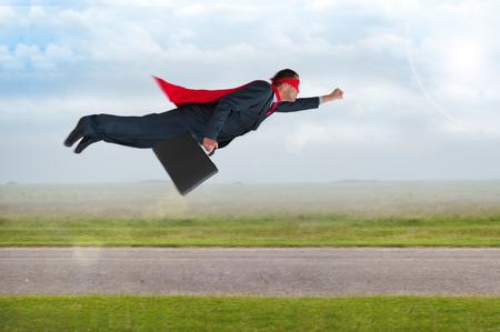 Superhelden-Geschäftsmann mit Umhang und Maske Flug