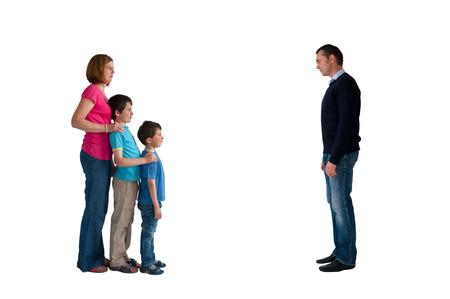 이혼 가족 개념 분리 남자 여자와 아이들은 흰색 배경에 고립