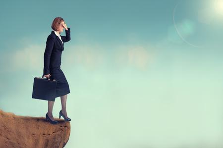 절벽의 가장자리에있는 사업가