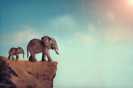 절벽의 가장자리에 멸종 개념 코끼리 가족