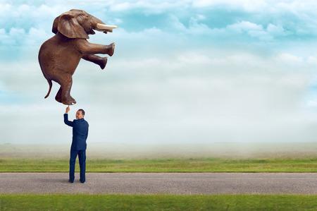 Homme d'affaires tenant un éléphant avec filtre cru un doigt subtile et mise au point sélective, avec copie espace Banque d'images - 43538221