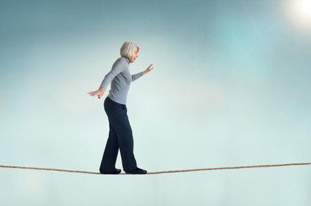 Senior donna a piedi su una corda tesa