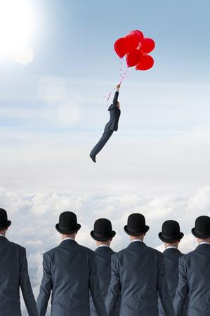 비즈니스 개성 개념 풍선으로 군중에서 멀리 날아 사업가