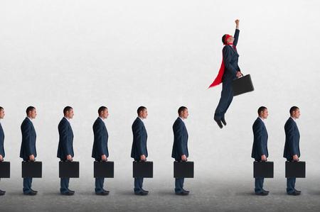 homme d'affaires de super-héros vaincre l'inertie s'envoler d'une file d'attente statique des hommes d'affaires Banque d'images