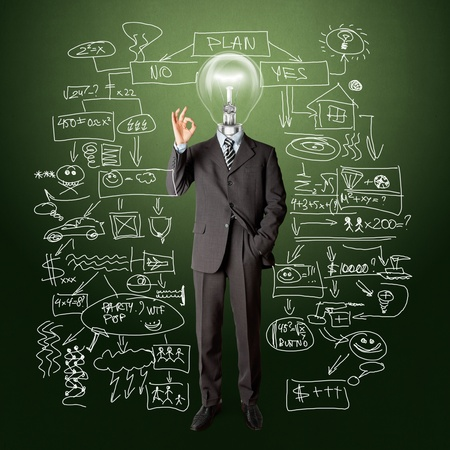 pensamiento creativo: masculino con la cabeza de la l�mpara en traje de negocios de longitud completa muestran OK