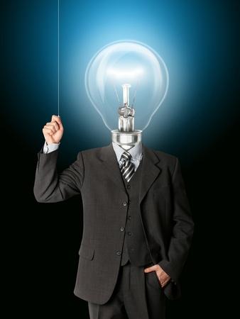 thinking machine: hombre de negocios encienda cabeza de bulbo de hith y tengo una idea