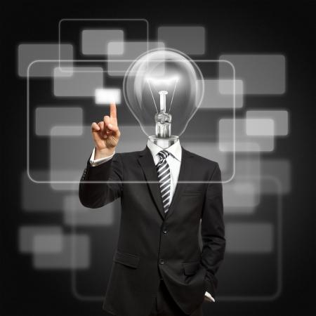 inteligencia: empresario con la cabeza de la l�mpara presione el bot�n de pantalla t�ctil virtual