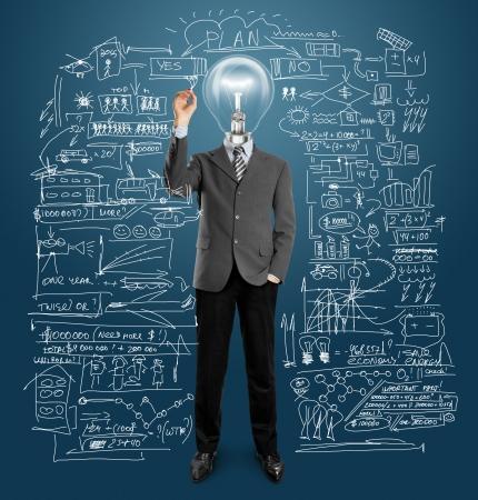 inteligencia: hombre cabeza de l�mpara escribir algo sobre la placa de cristal con marcador Foto de archivo