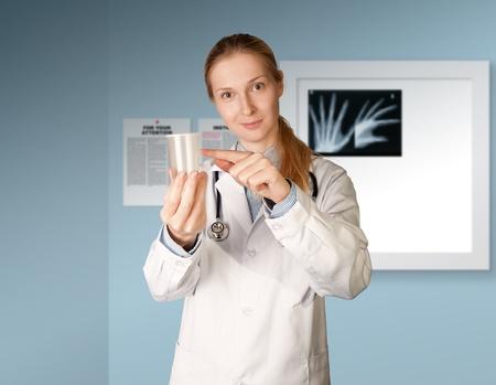 esperma: mujer m�dico con Copa para an�lisis - orina, semen Foto de archivo