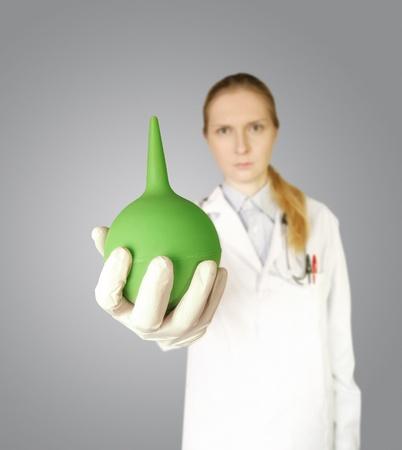 einlauf: Doktor Frau mit Blick in die Kamera, isoliert auf verschiedenen Hintergr�nden, Geringe Tiefensch�rfe Klistier