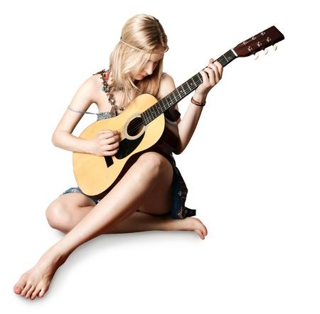 gitana: chica hippie con la guitarra aislada sobre fondo blanco Foto de archivo