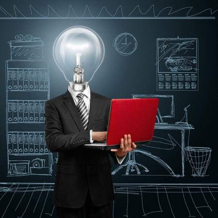 彼の手で赤いノート パソコンを持ったビジネスマンをヘッド ランプ