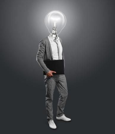 彼の手にノート パソコンのランプ ヘッド実業家
