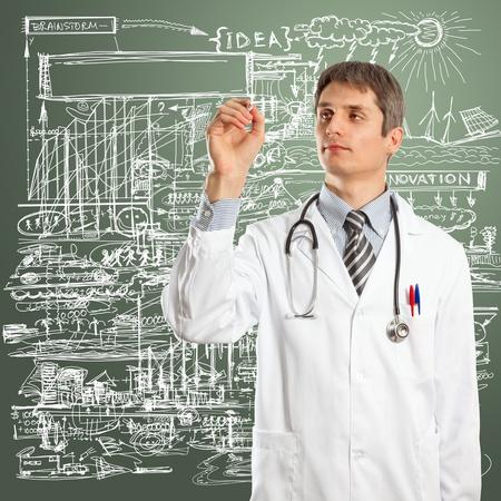 ガラス上にマーカーで何かを書く医者男性