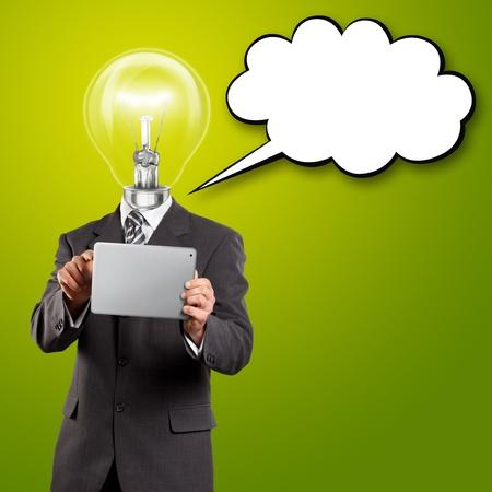 Idee concept, lampkop zakenman met touchpad en tekstballon