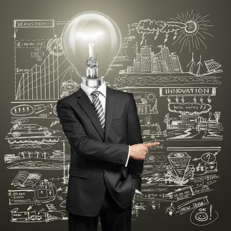 ランプ ヘッド ビジネスマンを持っている考えと示す何かに彼の指