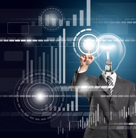 ランプ ヘッド ビジネス男が仮想タッチパッドのボタンを押す