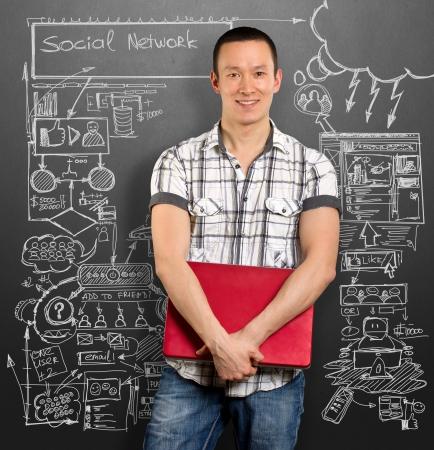 communication occupation: Social idea concetto di rete, l'uomo con il portatile in mano, a guardare fotocamera