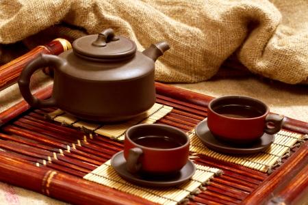 2 つの中国の茶碗とティーポットのある静物