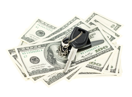 白い背景で隔離の車の鍵と米国ドル