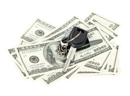 자동차 키와 미국 달러는 흰색 배경에 고립 스톡 콘텐츠
