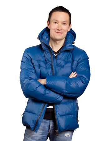 cara feliz: Hombre asi�tico en capa azul abajo acolchado