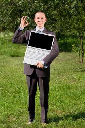 freiberufler: Mann im Freien arbeiten als Freiberufler, f�hlt sich gl�cklich und zeigt OK