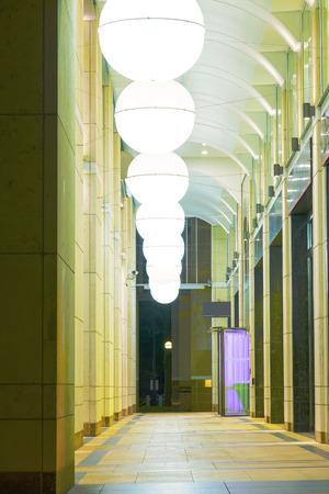 abatjour: Paralumi sferici in un arco Archivio Fotografico