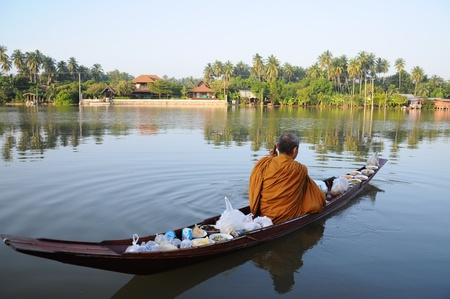 limosna: El monje budista limosnas todo el año en la mañana en barco