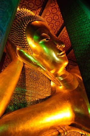 trone: Golden Reclining Buddha , Wat Pho Temple, bangkok, Thailand