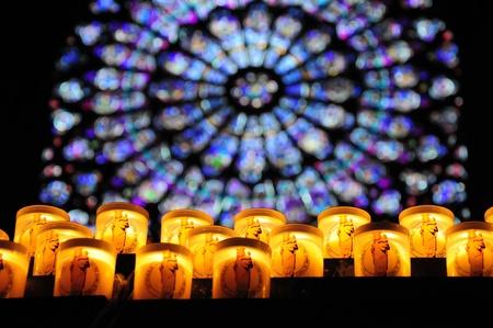 rose window: Candele di preghiera con rosone a Notre-Dame, Parigi Archivio Fotografico