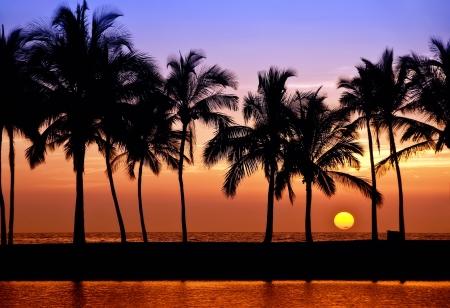 coucher de soleil: Hawaiian Coucher de soleil sur Big Island Bay Anaehoomalu Banque d'images