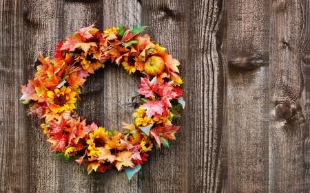 Autumn flower wreath on rustic wooden fence Standard-Bild