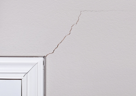 crack wall: Foundation problem causing cracks above door frame