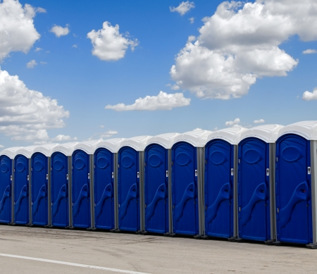 A row of blue portable toilets 版權商用圖片